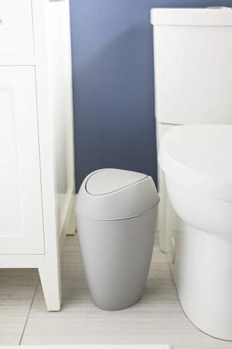 Umbra 2.2 Gallon Trash Can with Lid, Gray